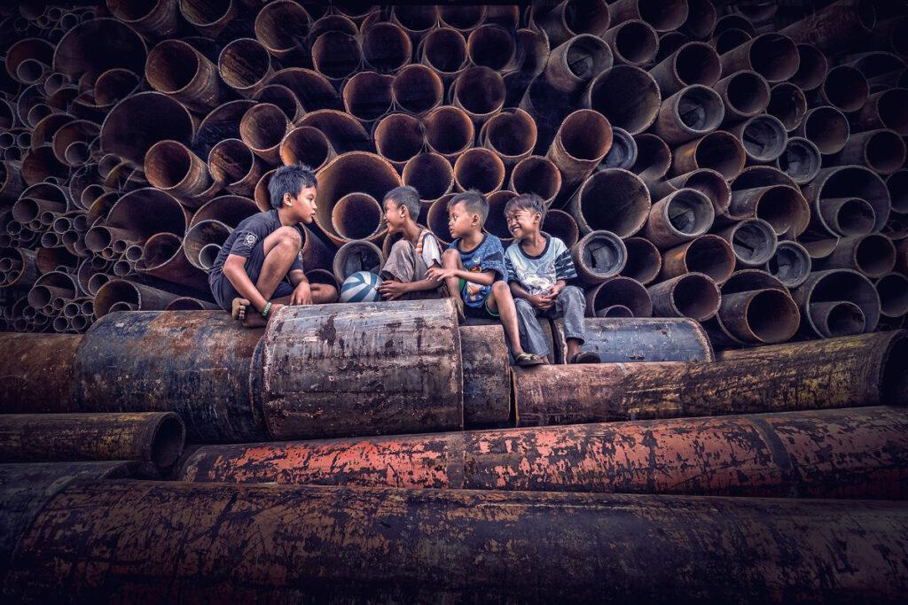 Foto Human Interest anak di di tumpukan baja