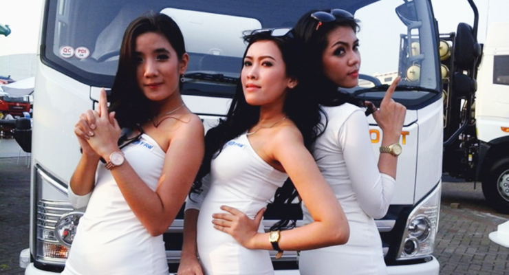 tigas SPG cantik dan seksi foto di depan mobil