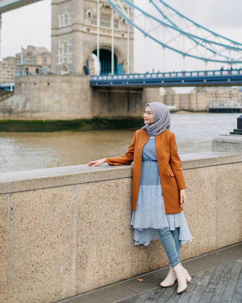 Foto cewek manis pakai HIjab Celana Jeans depan sungai