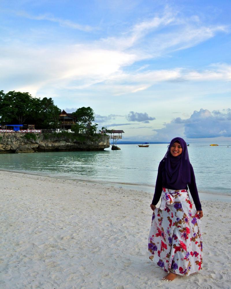 Cewek Hijab manis Main air di pantai Tanjung Bira Bulukumba