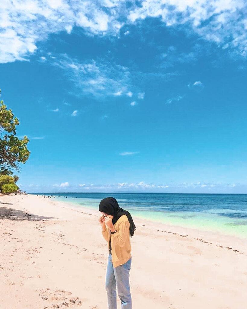 Cewek Hijab manis main air di pasir puntih Pantai Lemo Lemo bulukumba