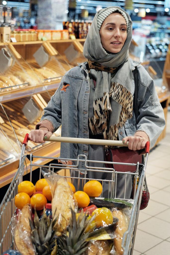 Cewek pakai Hijab Belanja Grosier
