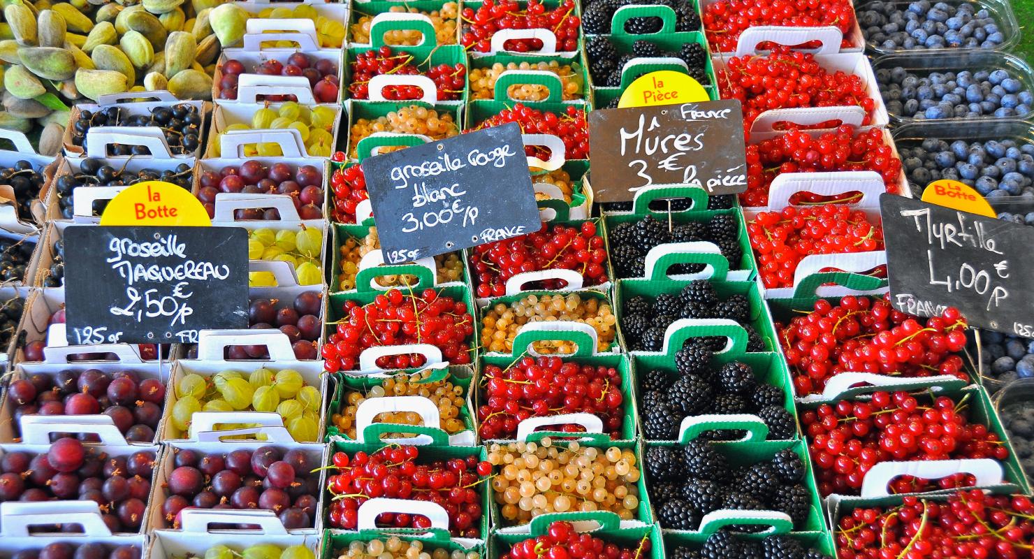 Foto deretan buah yang segar di pasar