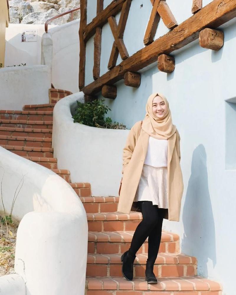 Foto cewek manis Hijab pakai Lengging dan rok mini di depan tangga