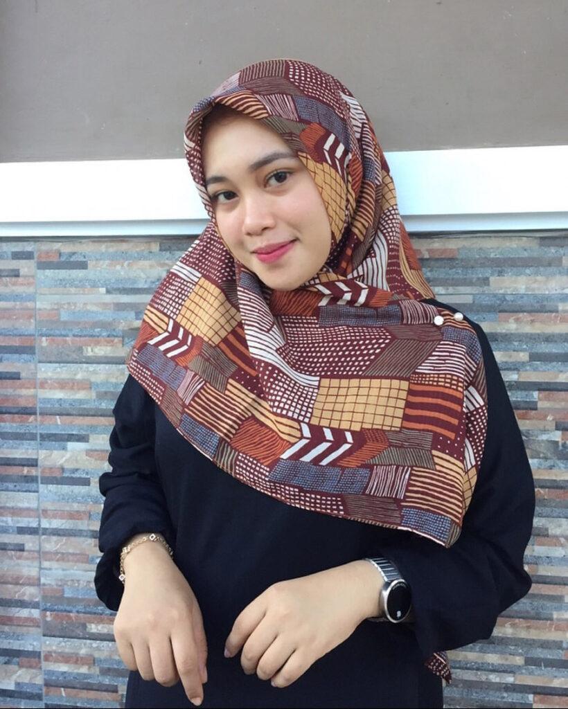 Cewek cantik dan manis pakai Hijab Coklat dan manis Gamis HItam Keren