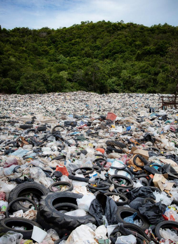 Tumpukan sampah yang merusak alam