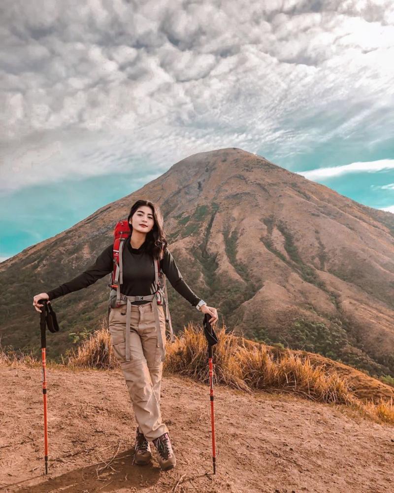 Artis FTv Kece Badai Mendaki Gunung dengan style Tomboy