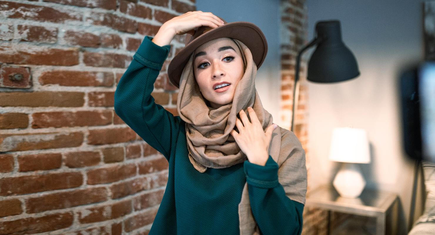 Foto Model Hijab dengan Pose dan Gesture simple