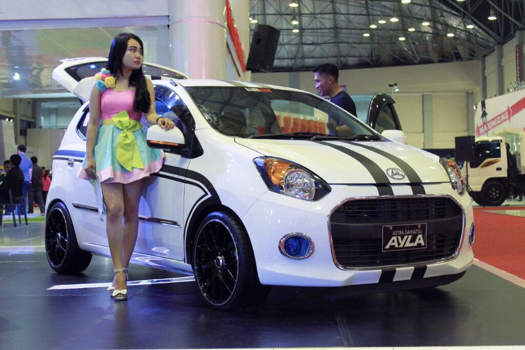 Foto MOdel SPG di Pameran Mobil Daihatsu Ayla Terbaru decal Hitam putih Keren