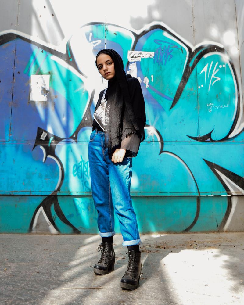 Asymmetries cewek Hijab Standing Pose manis dengan celana Jeans