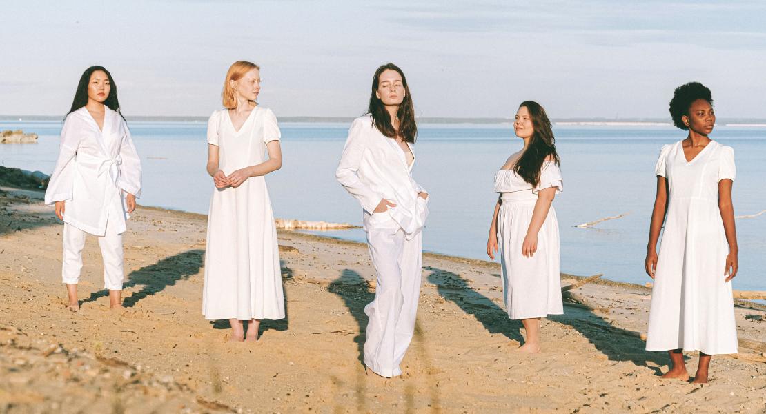 Contoh Cewek MAnis Standing Pose baju Putih di Pinggir Pantai yang manis