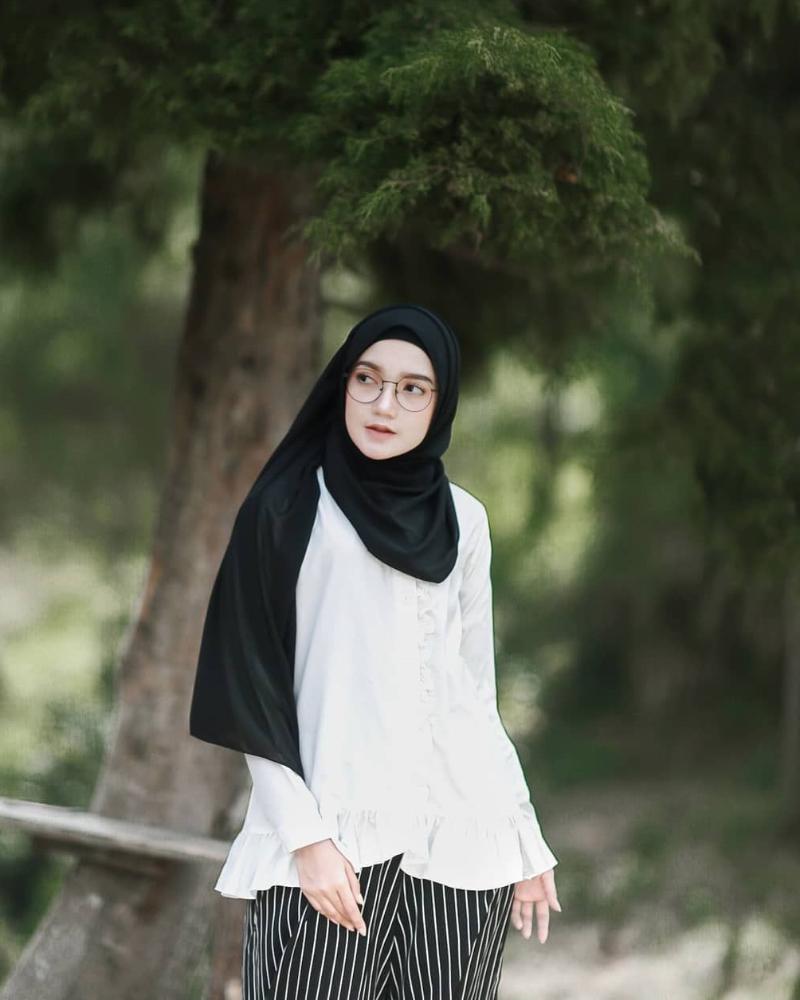 Foto Model cewek IGO manis pakai Hijab Mahasiswi