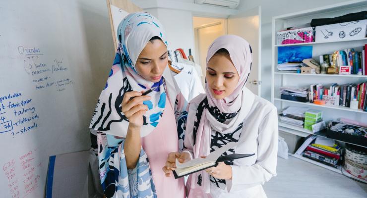 Dua cewek manis Pakai Hijab kerja di Kantor