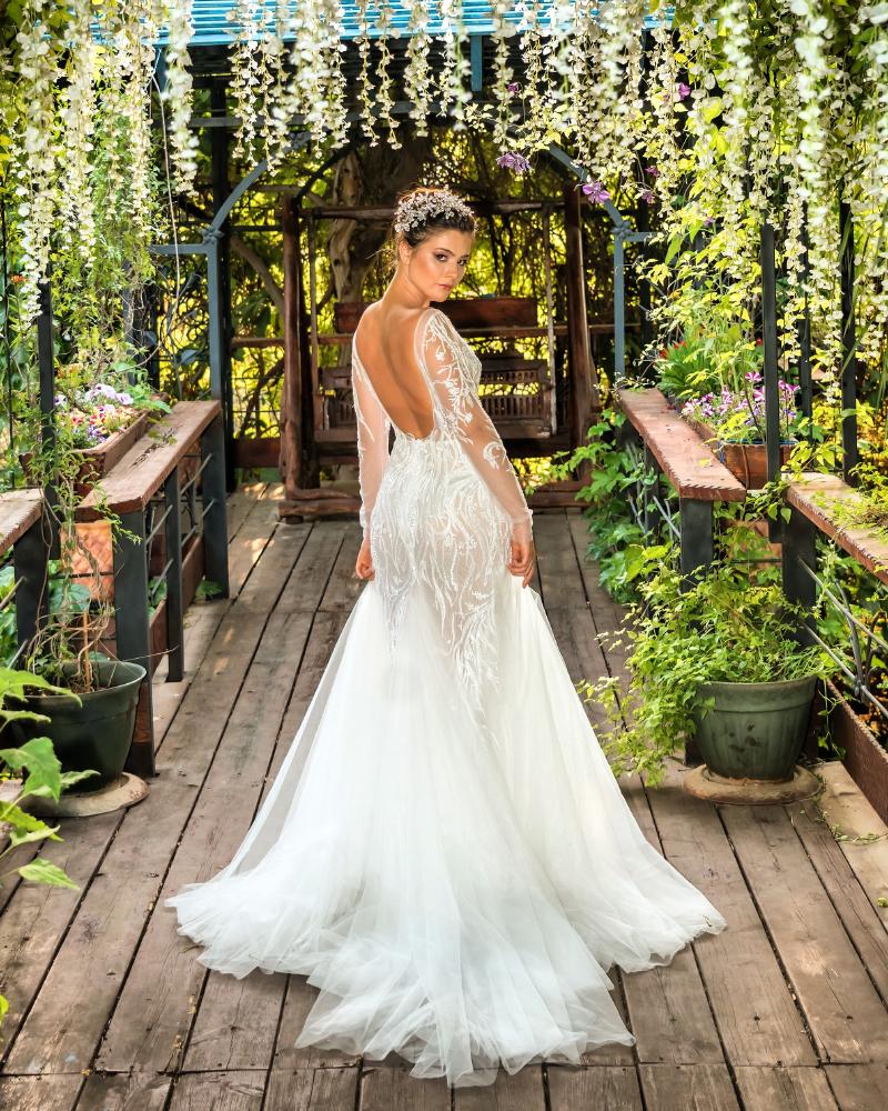 Standing Backpose model cantik Bridal
